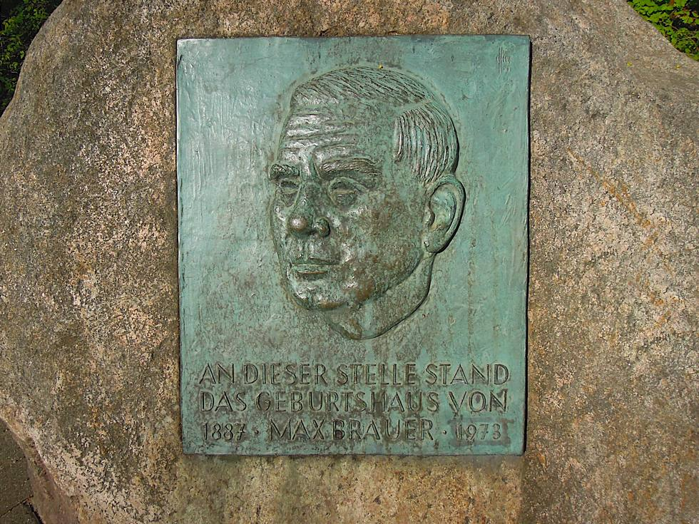 Relief von Max Brauer mit Gedenkinschrift